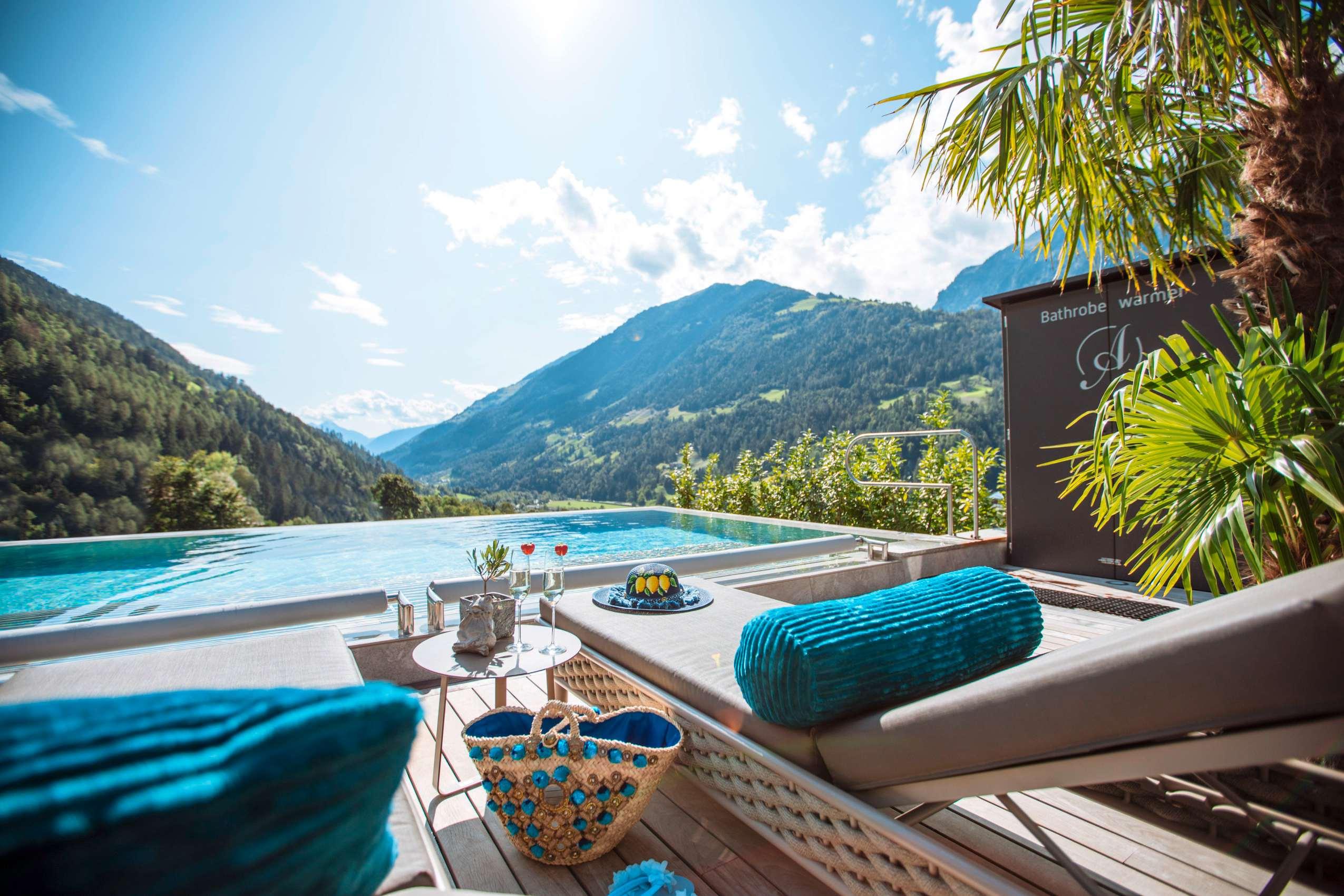 Sonnenbaden auf der Liege am Pool mit Blick auf die Berge Passeiers.