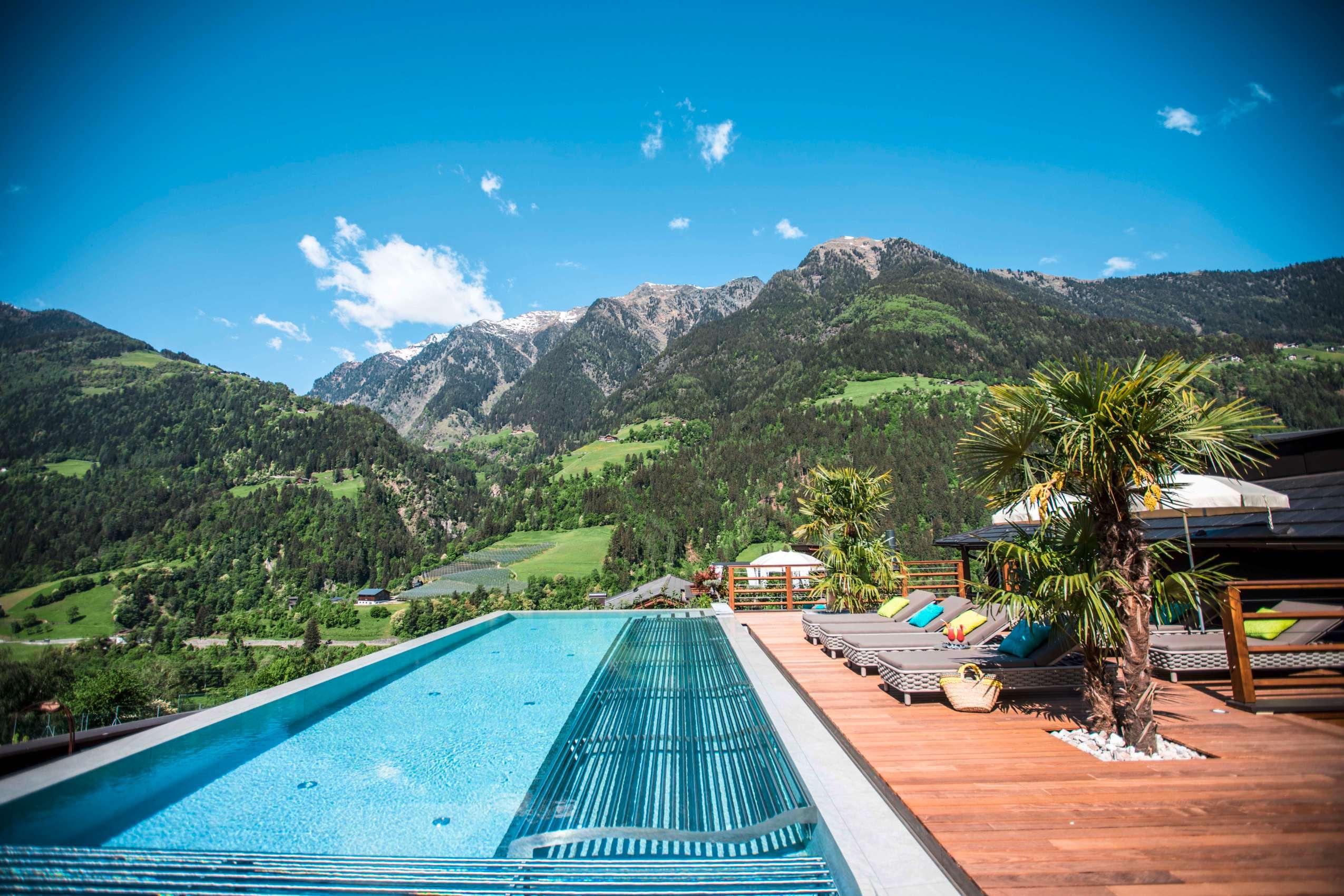 Palmen am Pool geben dem Rooftop-Pool ein mediterranes Ambiente.