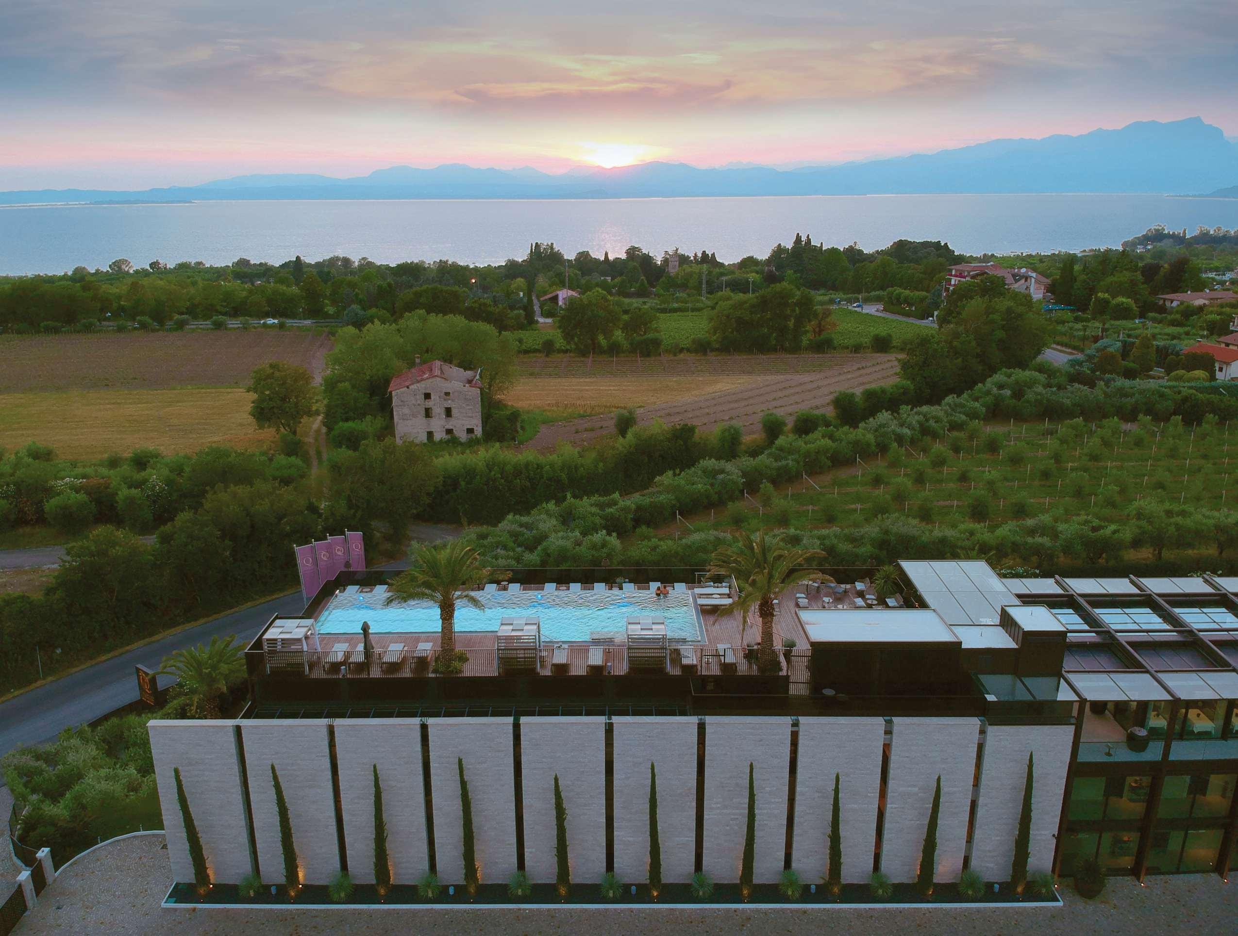 Der Rooftoppool und das Hotel Quellenhof Lazise aus der Vogelperspektive.