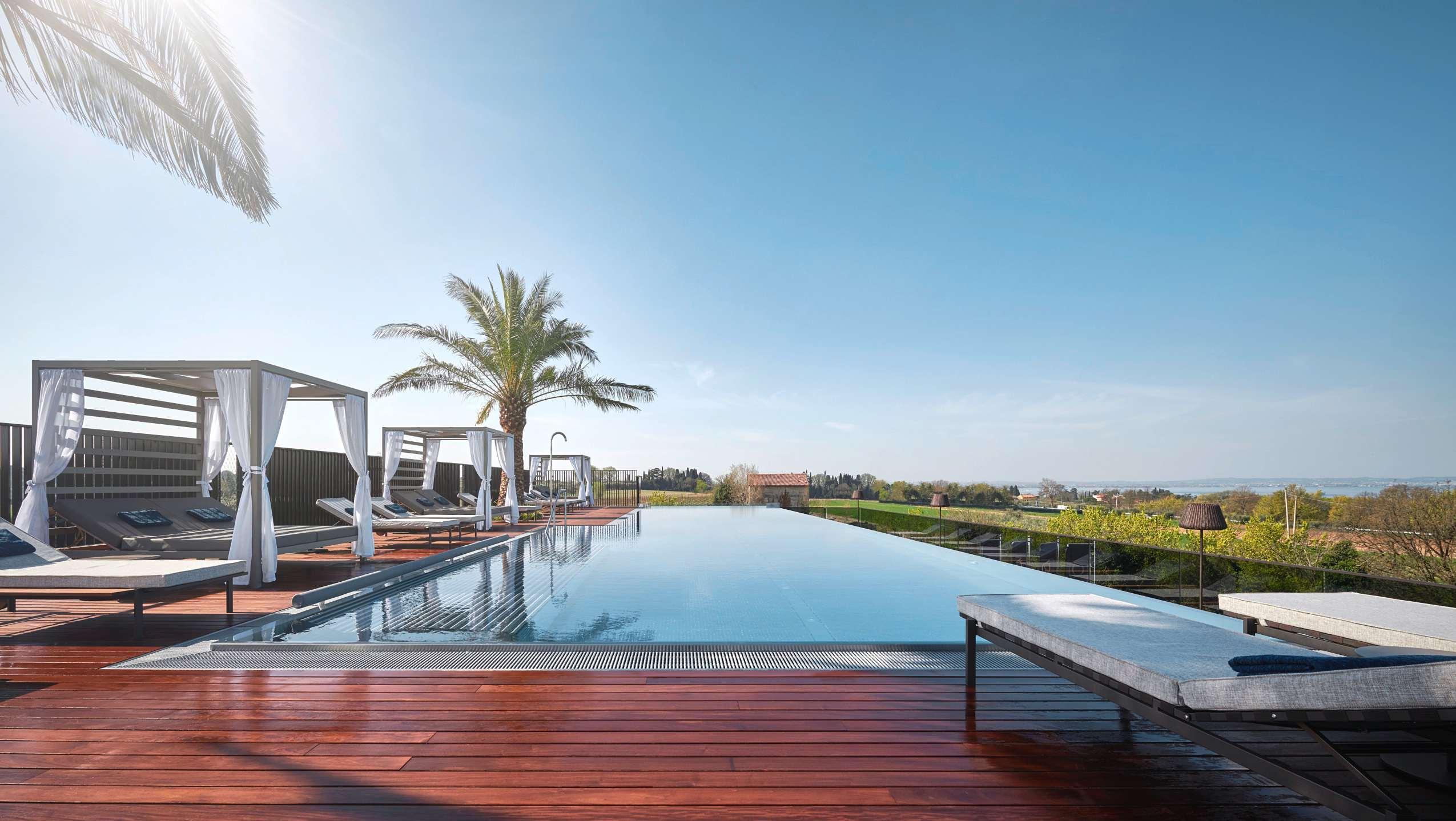 Pool und Loungebereich des Rooftop-Pool Quellenhof Lazise