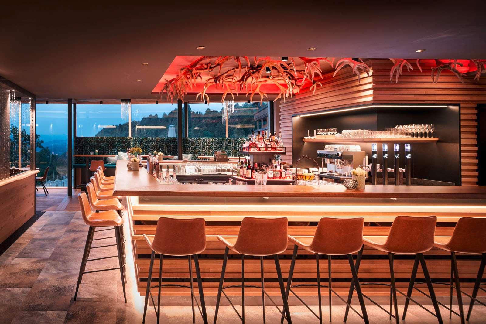 Die Bar mit Hirschgeweih-Applikationen über der Bar.