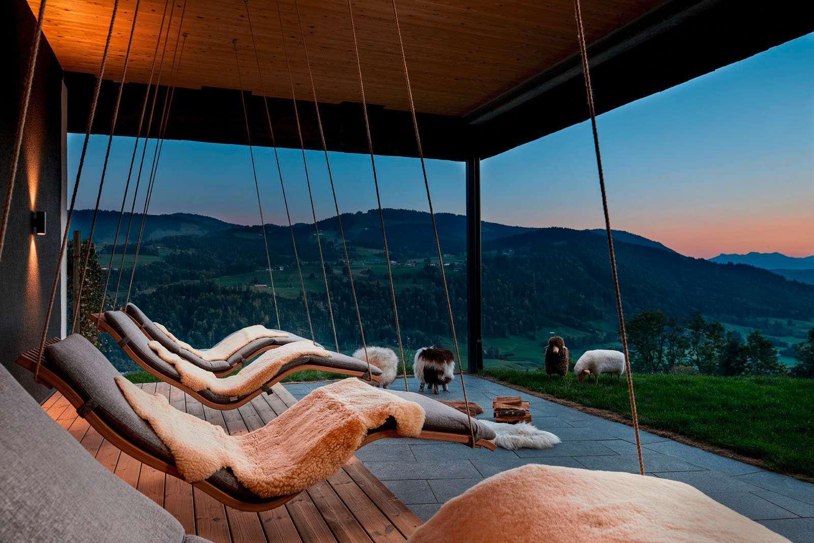 Loungesessel mit Ausblick auf die Bergketten der Umgebung.