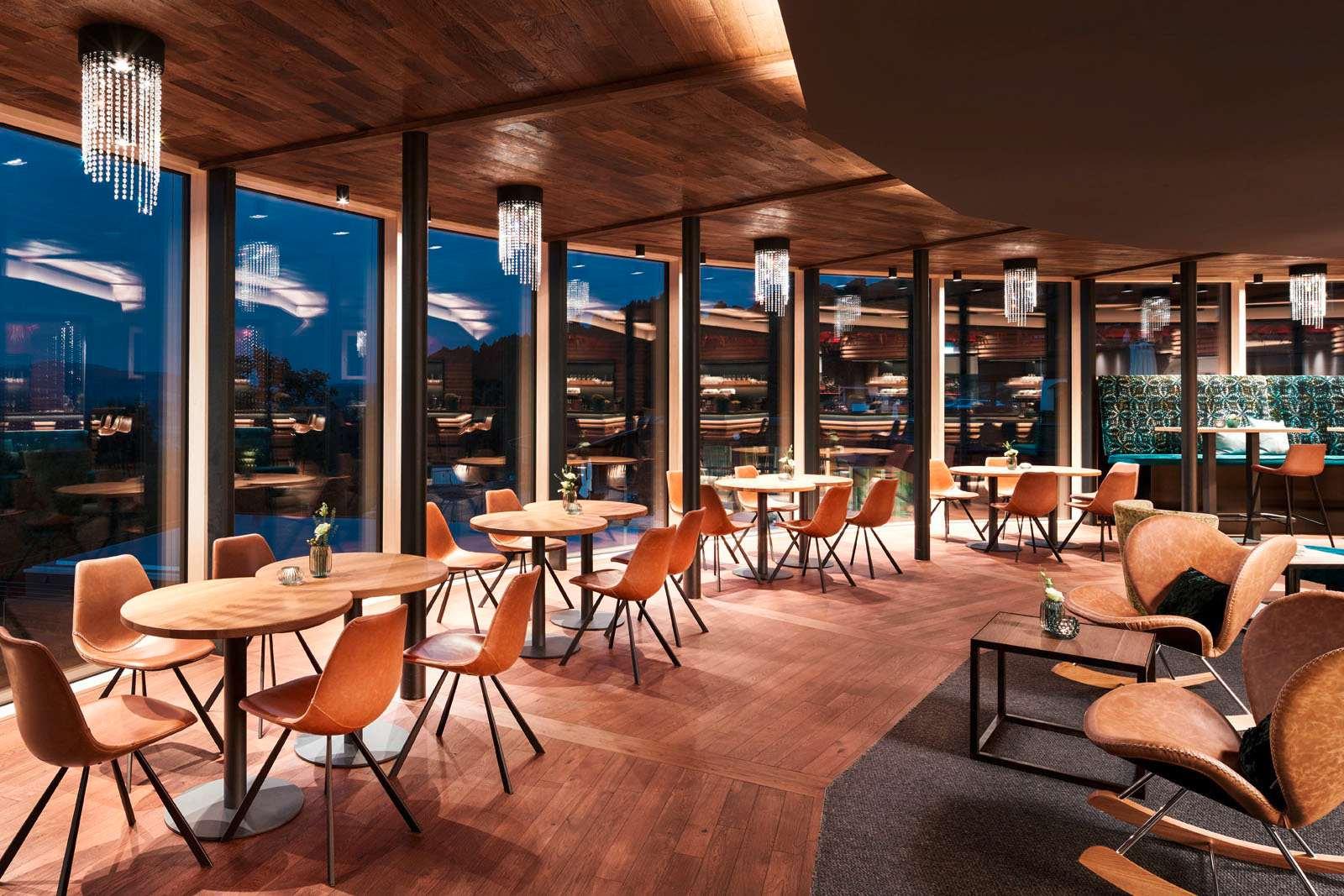 """Das """"Bergkristall-Atrium"""" im modernen Stil mit Holztönen."""
