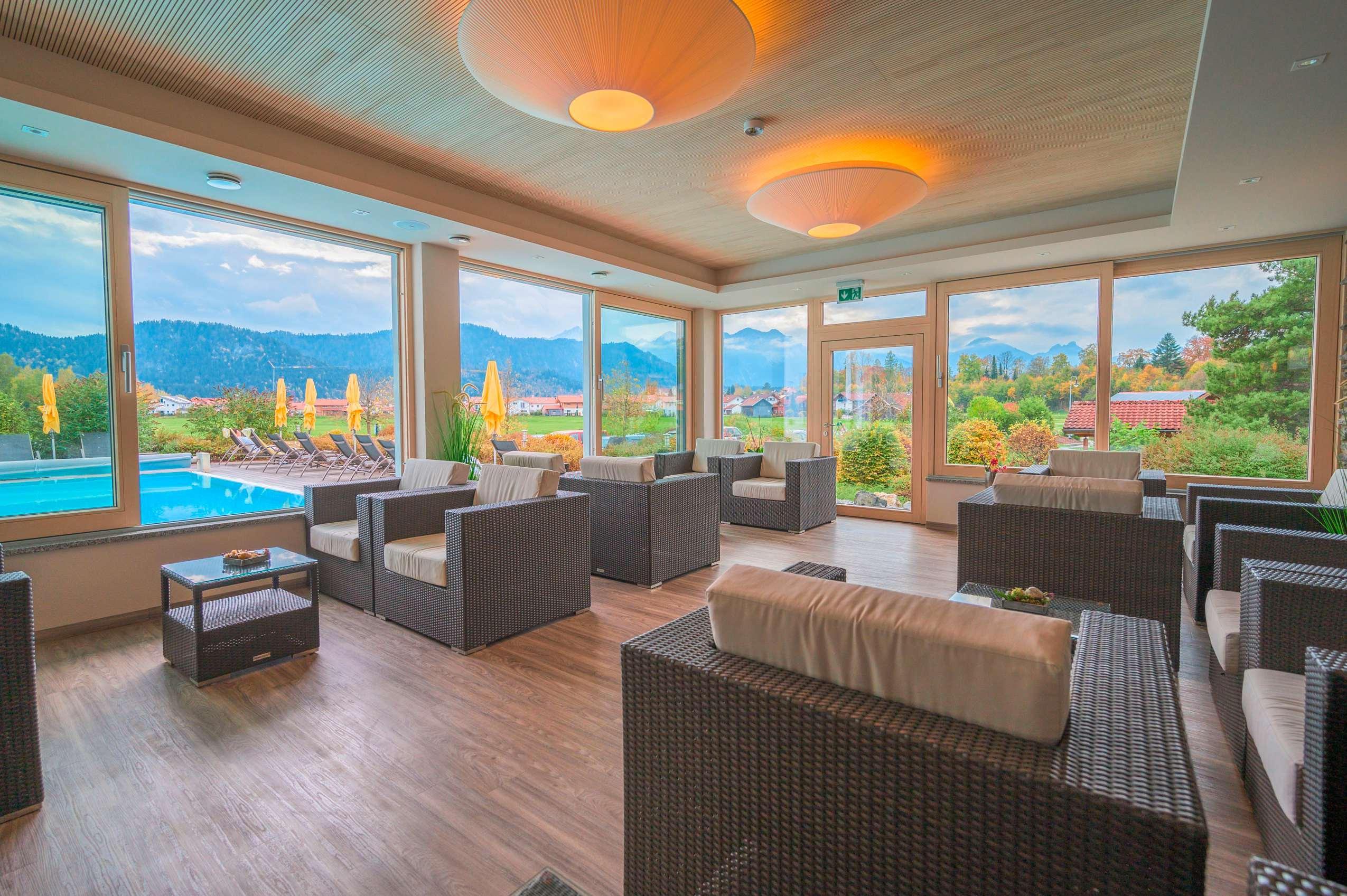 Wellnesshotel im Allgäu Hotel Sommer: Loungebereich mit Ausblick auf Pool und Berge