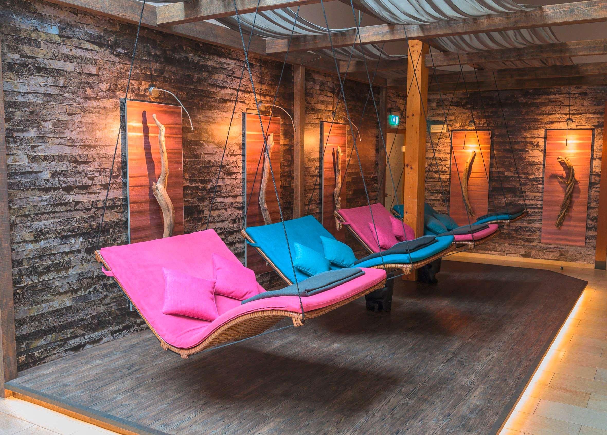 Hängende Liegen in rosa-blau im Hotel Sommer.