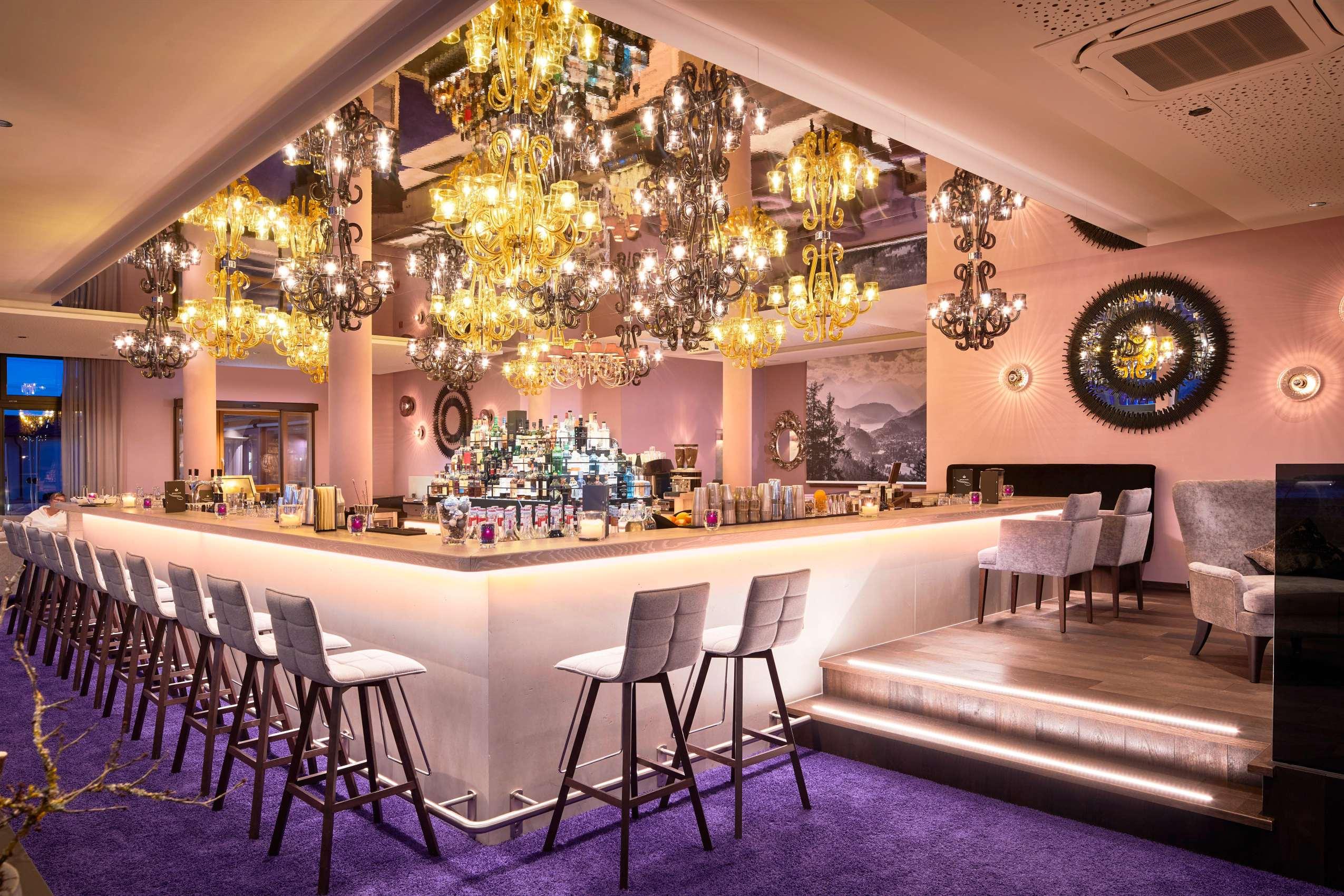 Die Bar in violett und rosé im König Ludwig Resort & Spa.