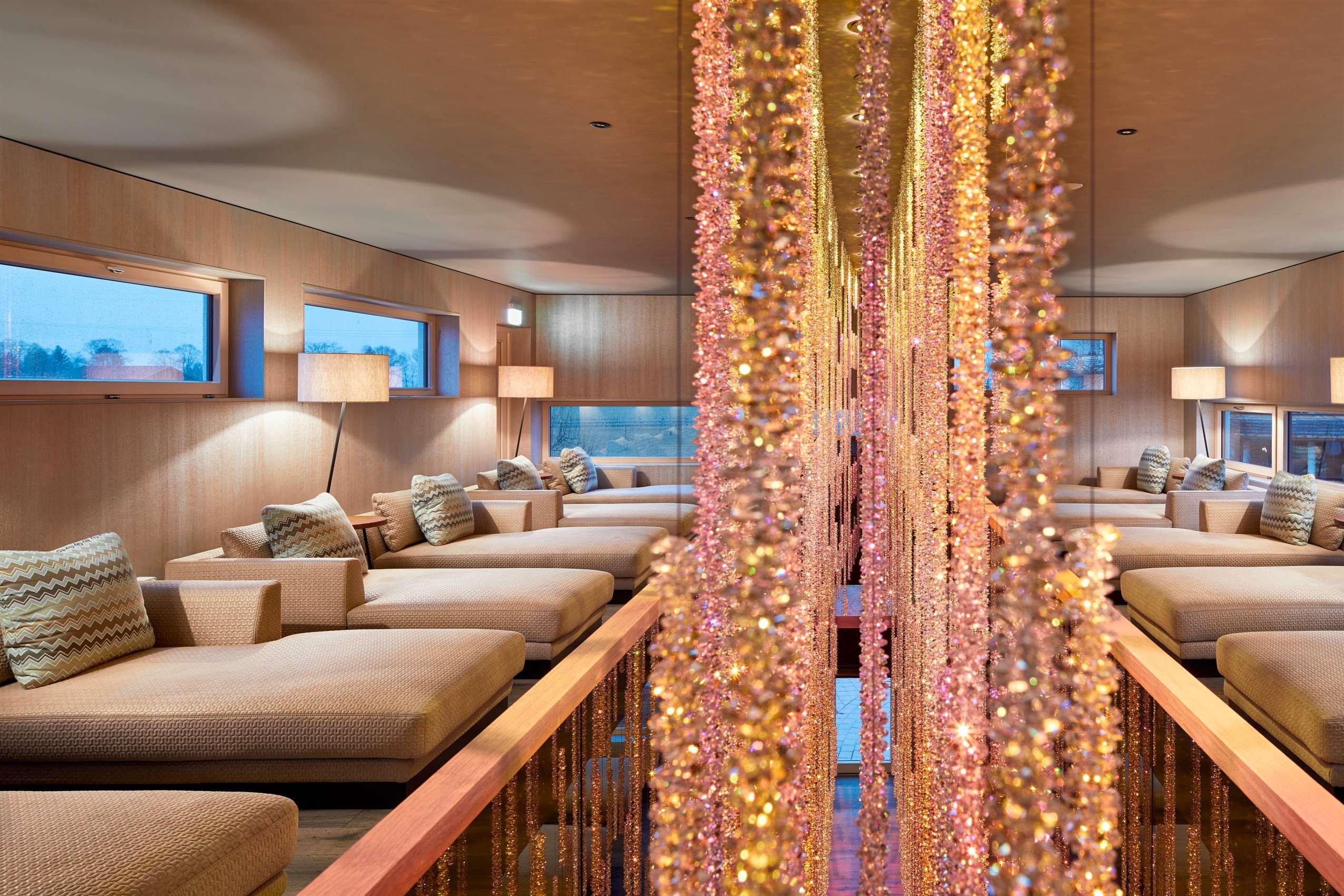 Loungebereich mit Sitzgarnituren in Creme-Tönen im König Ludwig Resort & Spa.