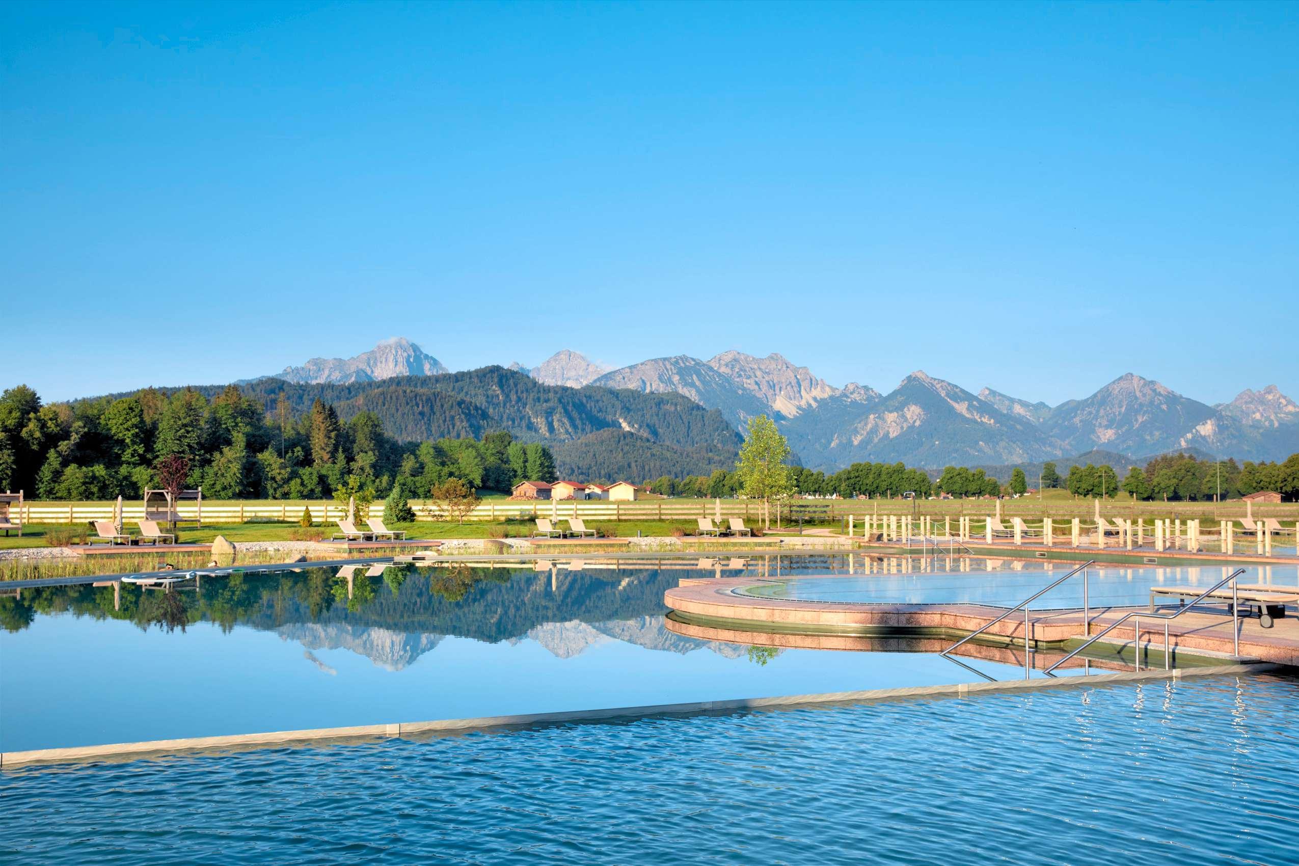 Das Bergpanorama von der Pool-Landschaft des König Ludwig Resort & Spa.