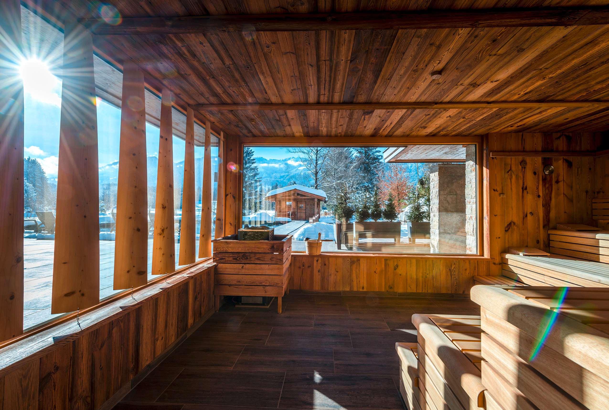 Die vertäfelte Sauna mit Blick in den verschneiten Park.