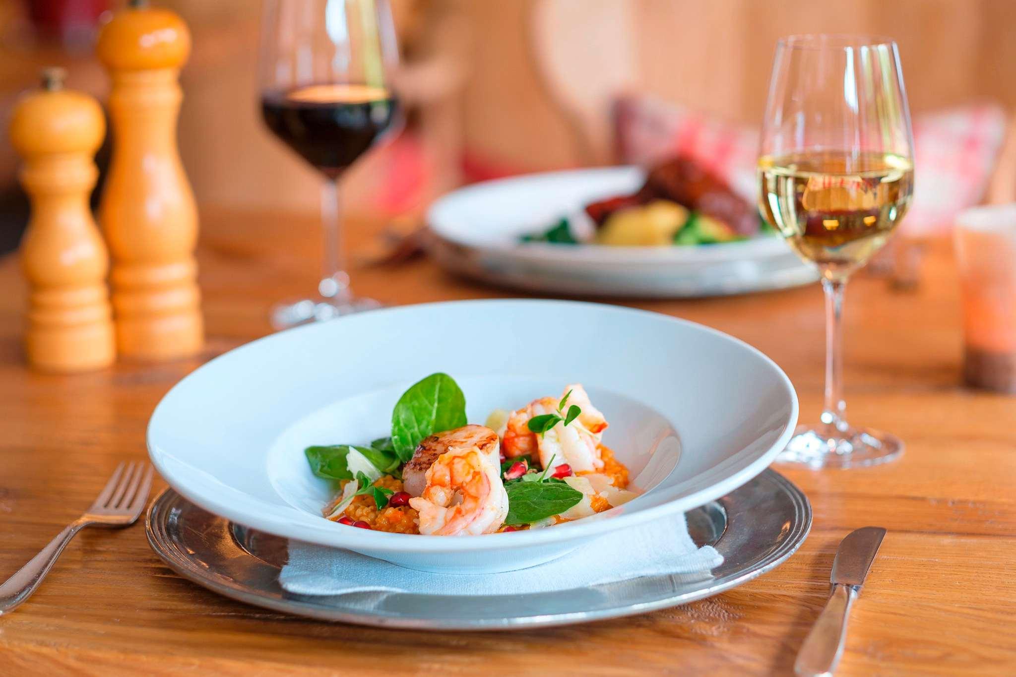 Meeresfrüchte und Wein im Sonnenalp Resort.