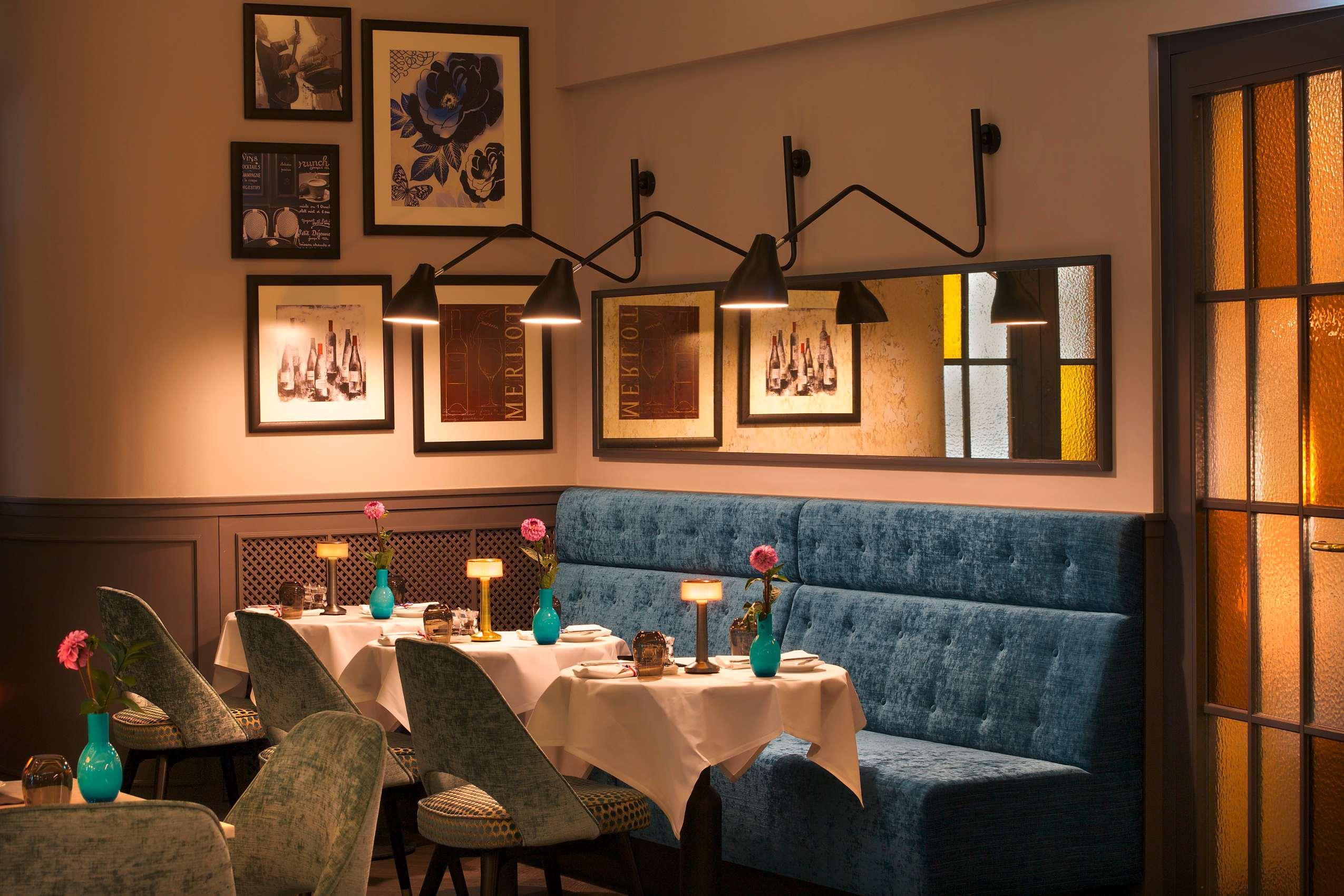 """Das Restaurant """"Petit Plaisir"""" mit gemütlicher Ecke in blau."""