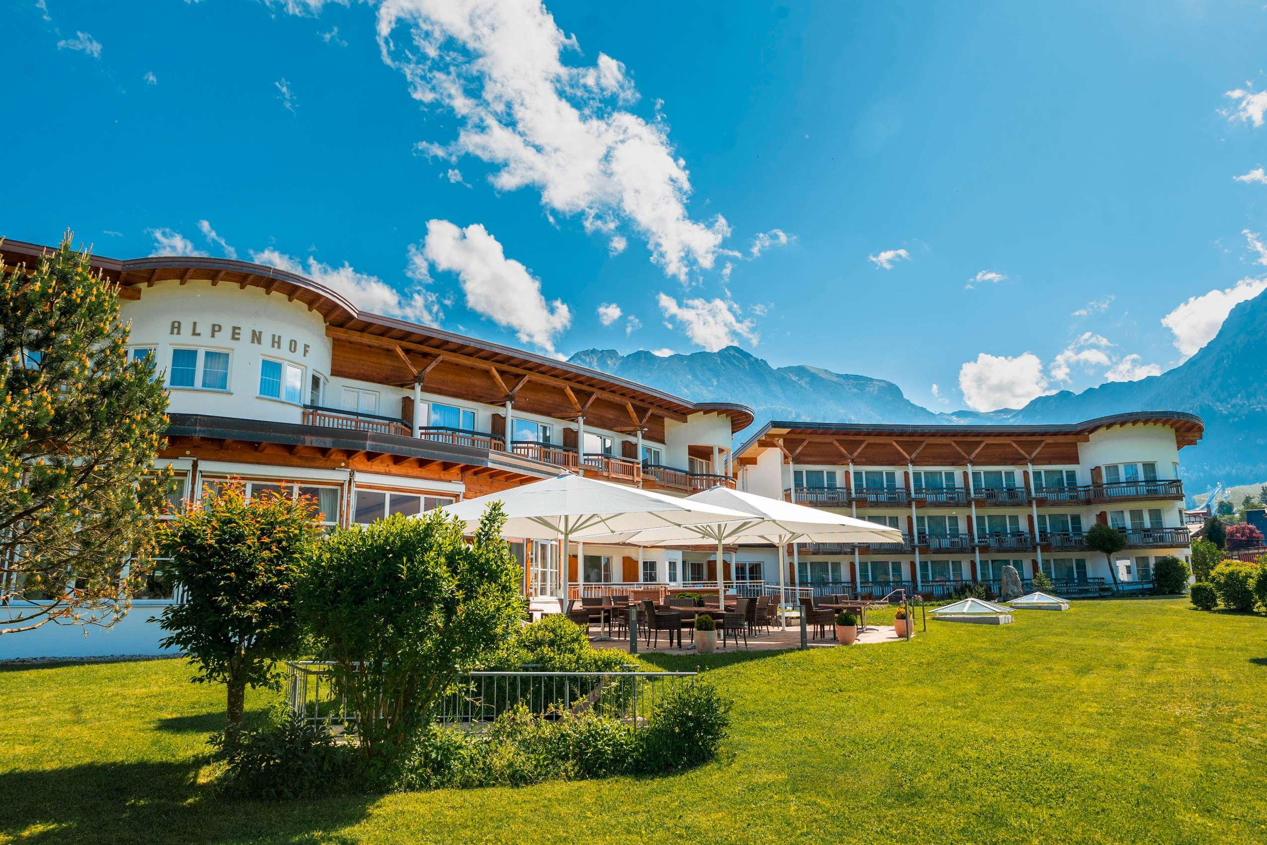 Außenansicht des Best Western Plus Hotels Alpenhof im Sommer