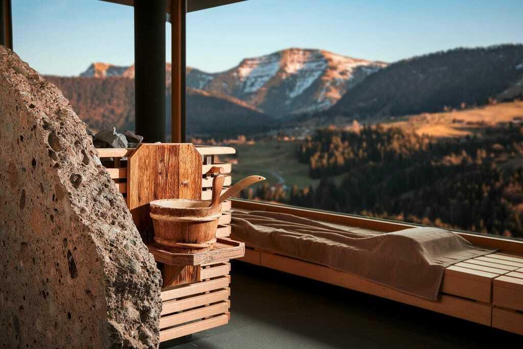 Blick aus der Sauna auf die umliegenden Berge.