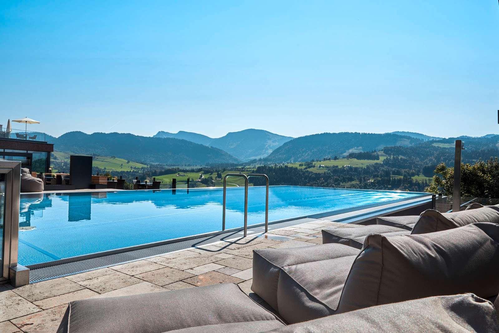 Infinity-Pool im Wellnesshotel Bergkristall mit Bergpanorama
