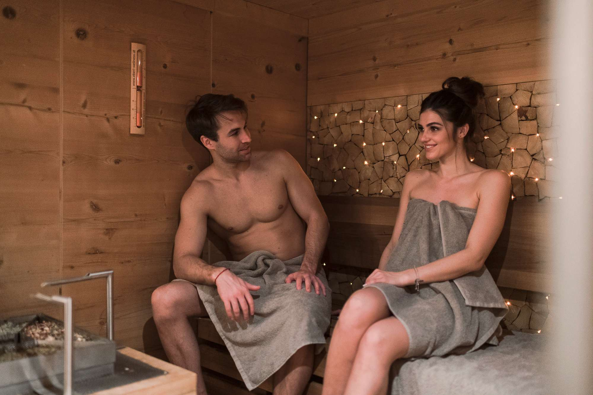 Junges Pärchen sitzt in Sauna im Wohlfühlhotel Berwanger Hof