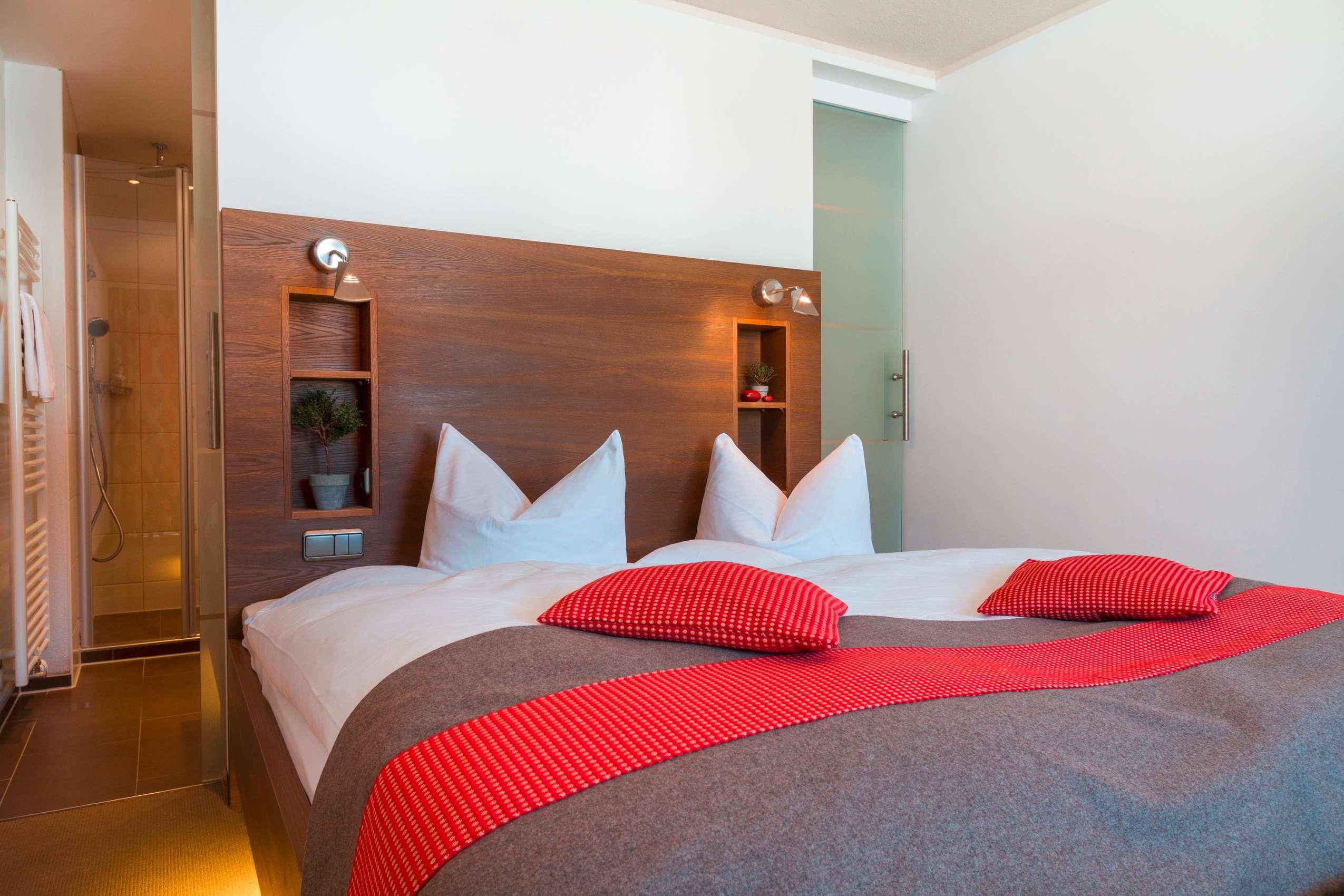 Doppelzimmer im Wohlfühlhotel Berwanger Hof mit Tagesdecke auf dem Bett