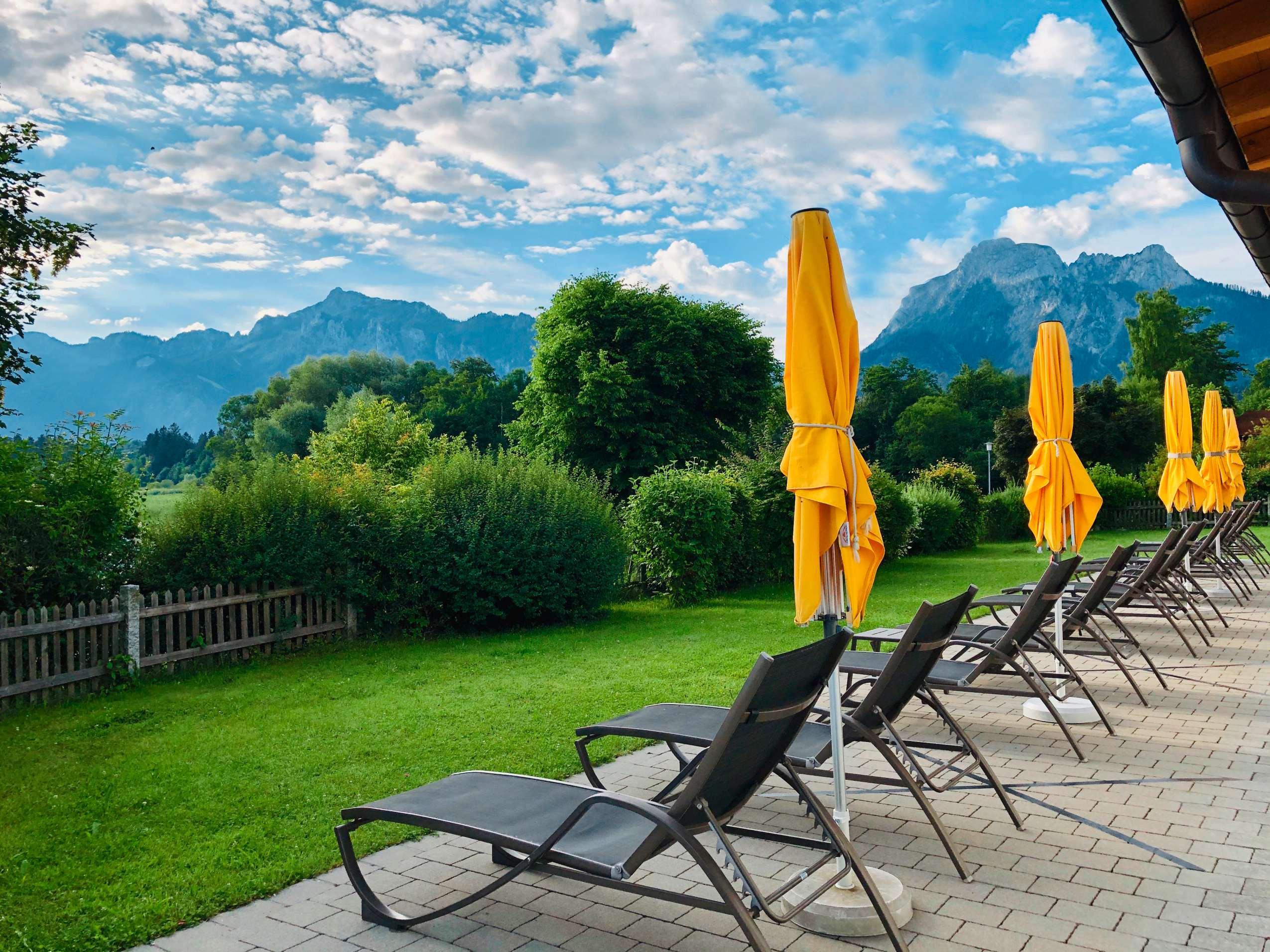 Terrasse mit Liegestühlen und Blick auf die Berge