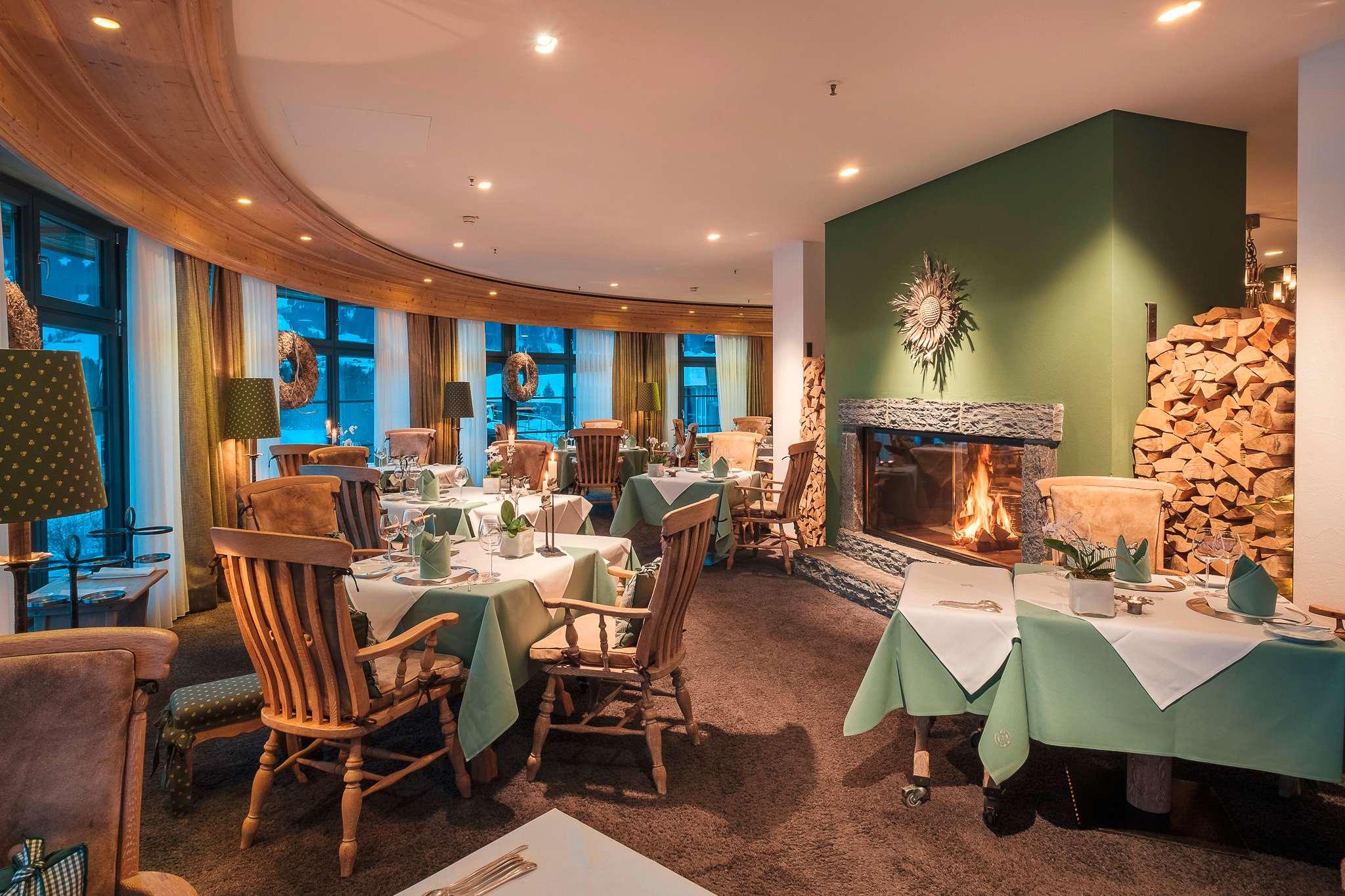 Restaurant im Sonnenalp Resort mit gedeckten Tischen