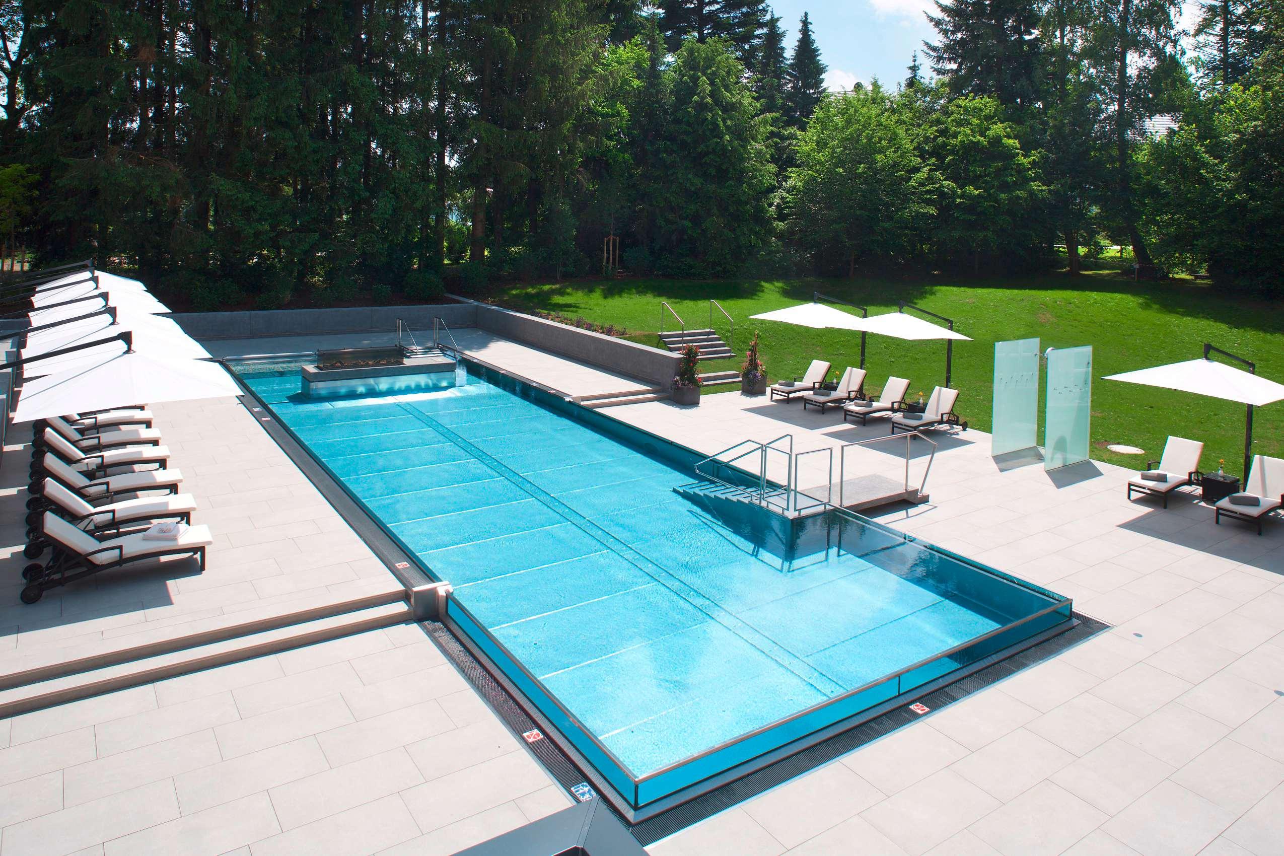 Infinitypool im Steigenberger Hotel Der Sonnenhof mit Liegen