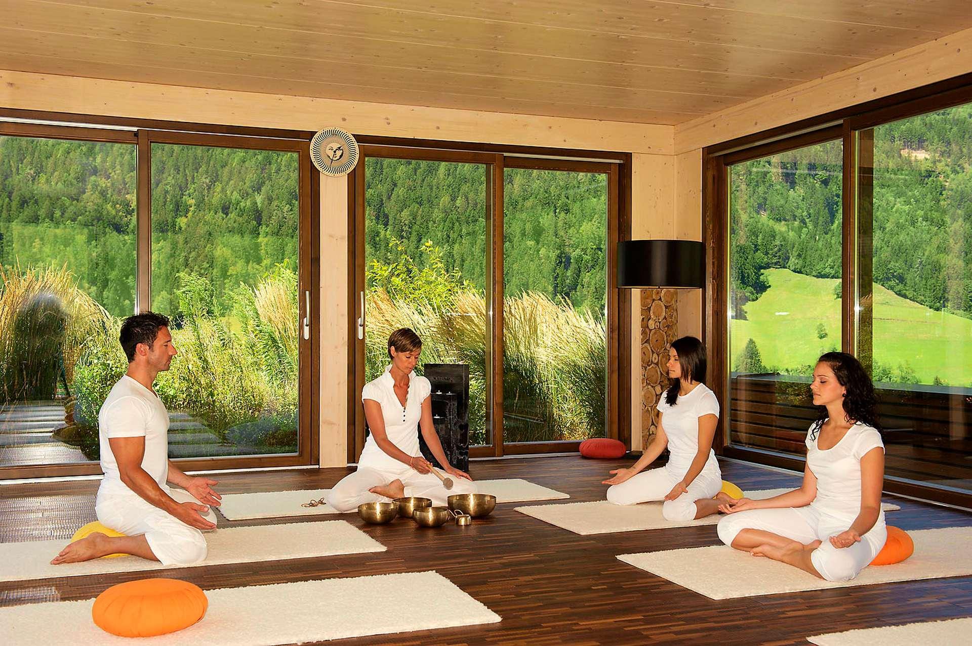 Yoga-Retreats_weiß_gekleidete_Gruppe_im_Yogaraum