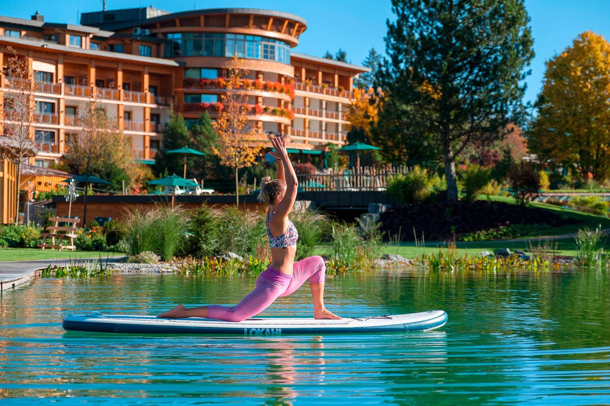 SUP-Yoga auf dem See des Sonnenalp Resorts.