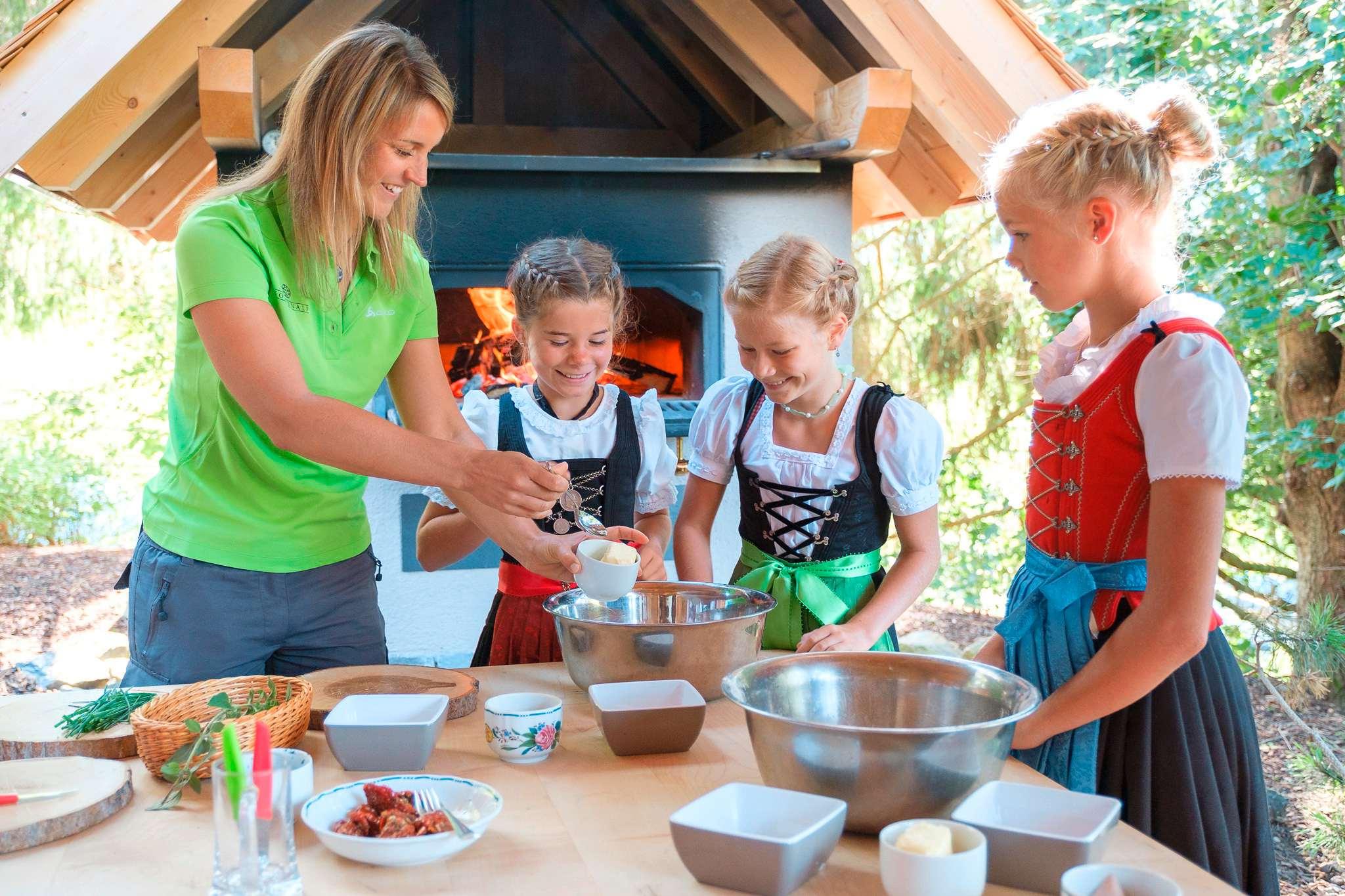 Mädchen backen im Rahmen des Alpenranger-Programms des Sonnenalp Resorts.