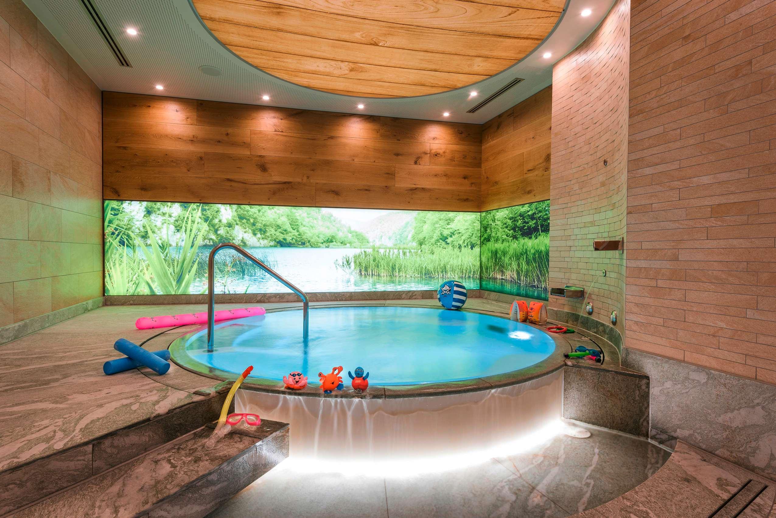 Familienhotels in Deutschland: Die Kinderwasserwelt im Wellnessbereich des Sonnenalp Resorts.