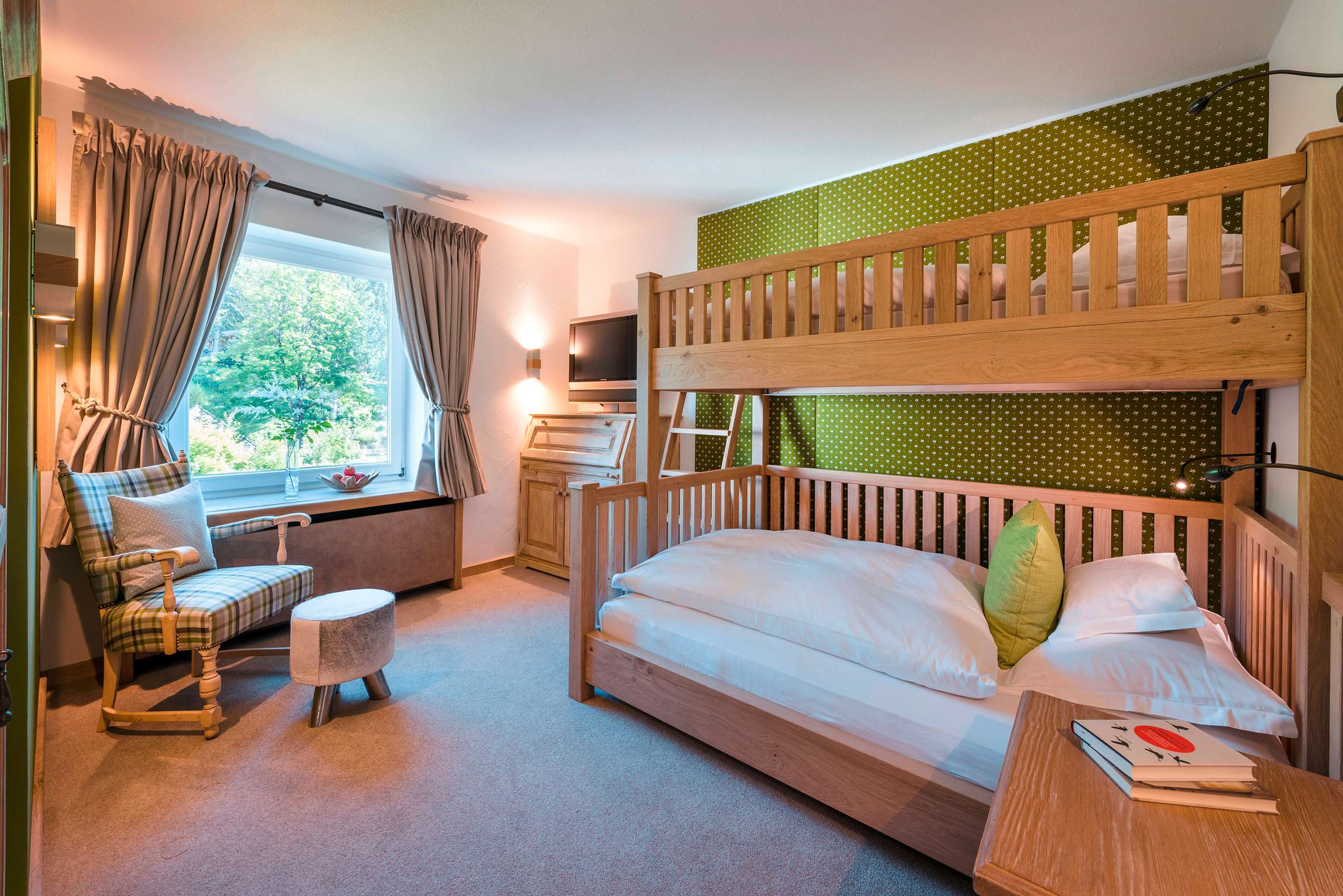 Die rustikal eingerichtete Familien-Suite des Sonnenalp-Resorts.