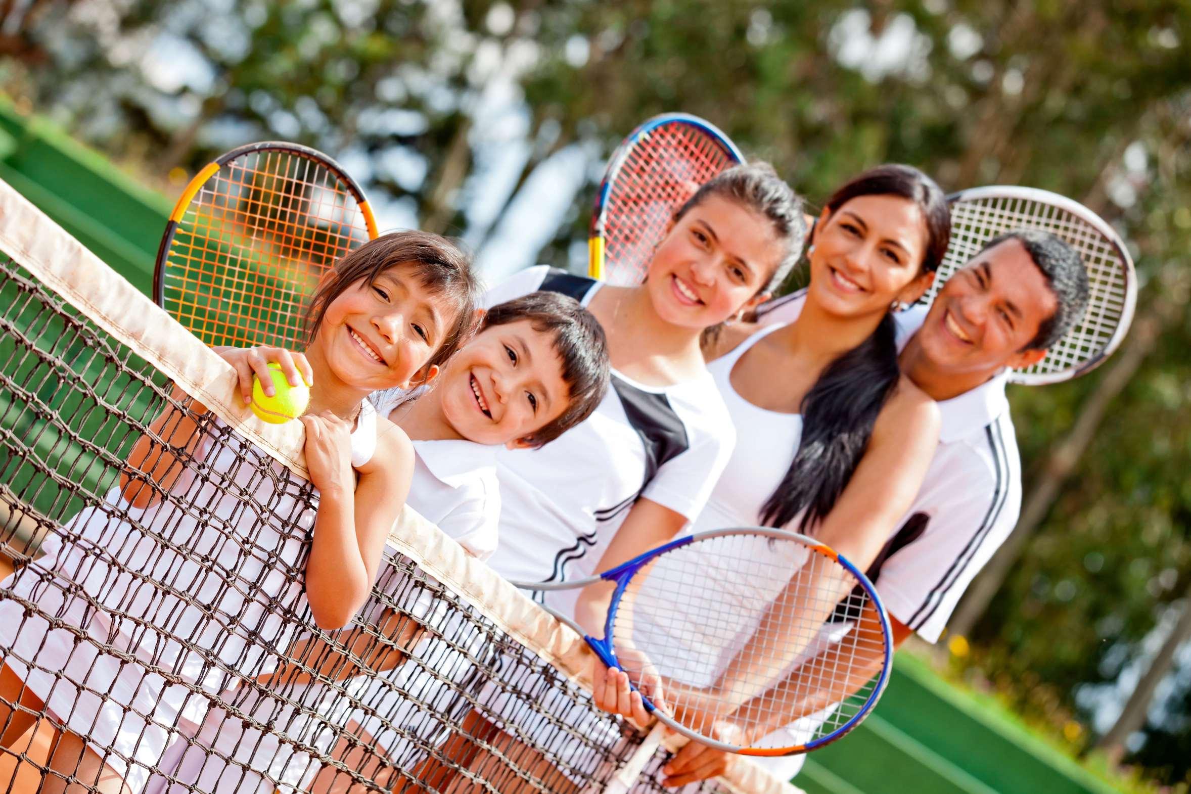 Tennisfamilie auf dem Tennisplatz.
