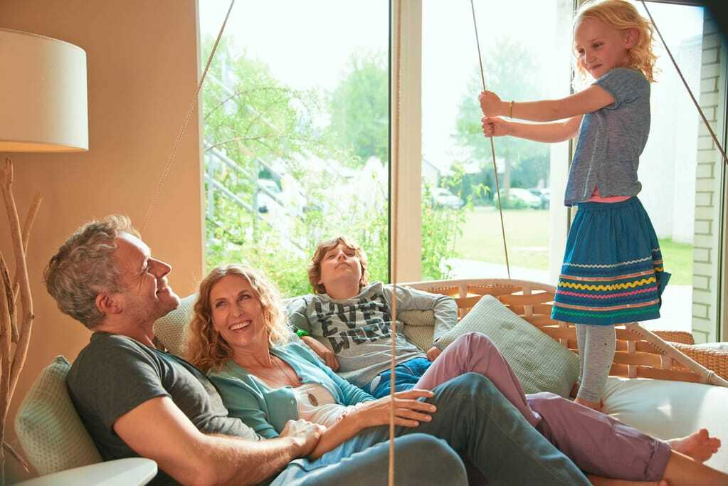 Familienhotels in Deutschland: Familie in der Lobby Möwennest