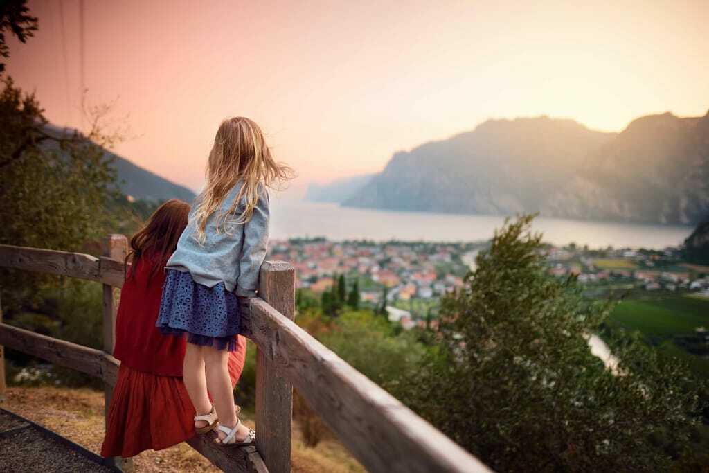 Gardaseeurlaub mit Kindern bei Sonnenuntergang