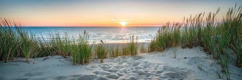 Ausblick auf den Sonnenuntergang bei einem Strandurlaub in Deutschland.