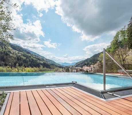 Pool_auf_Terrasse_Chalet_Quellenhof