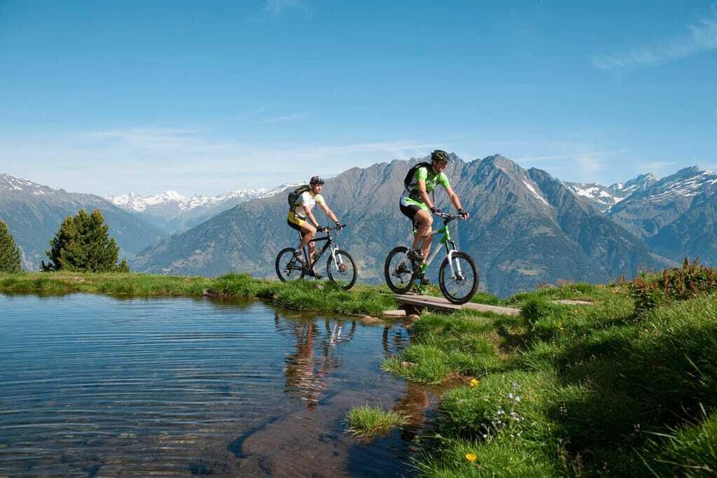 zwei_Biker_vor_Bergkulisse_Preidlhof