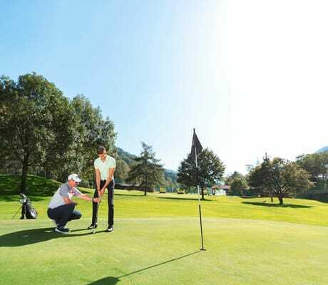 Wellnesshotels_Suedtirol_Golflehrer_mit_Schueler